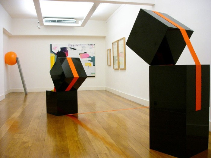 Brazilian contemporary sculpture, cubes balanced with cloth straps, collabcubed