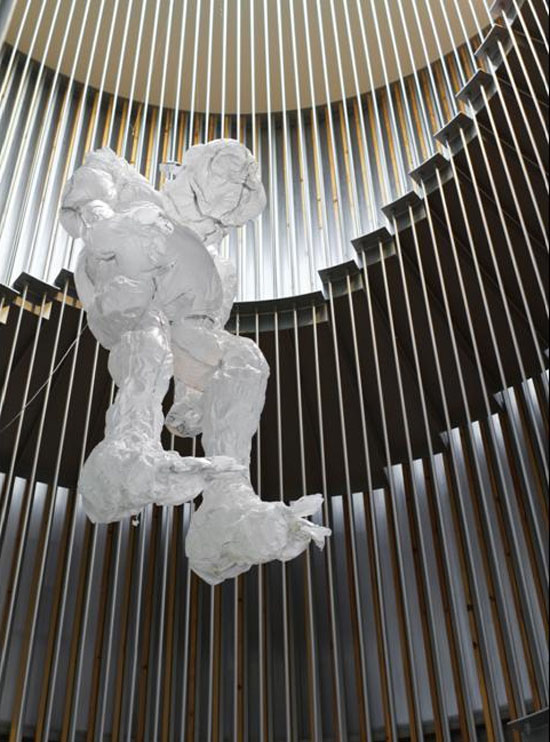 interactive, inflatable sculpture, hombre suspendido, hanging man, plastic bag sculpture